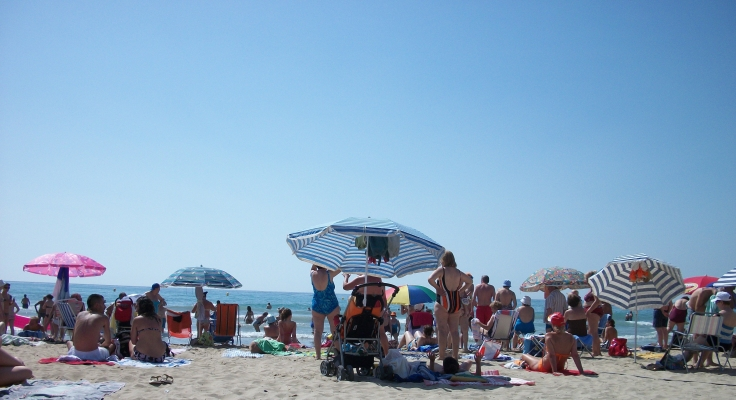 "alt=""Spanish beach scene in Alicante"""